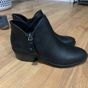 NWOT black faux leather ankle boots size 7